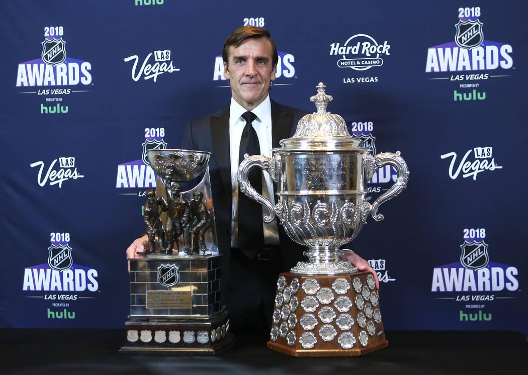 George McPhee, gerente general de Golden Knights, posa con el premio de Gerente General del Año durante los Premios NHL en el Hard Rock Hotel de Las Vegas el miércoles 20 de junio de 2018. Chase ...