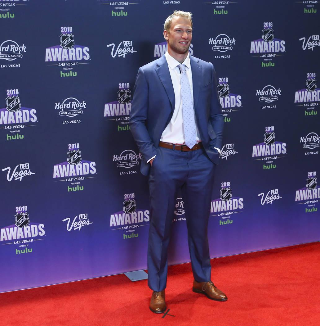 Jordan Staal de los Carolina Hurricanes posa en la alfombra roja antes de los Premios NHL en el Hard Rock Hotel de Las Vegas el miércoles 20 de junio de 2018. Chase Stevens Las Vegas Review-Journ ...
