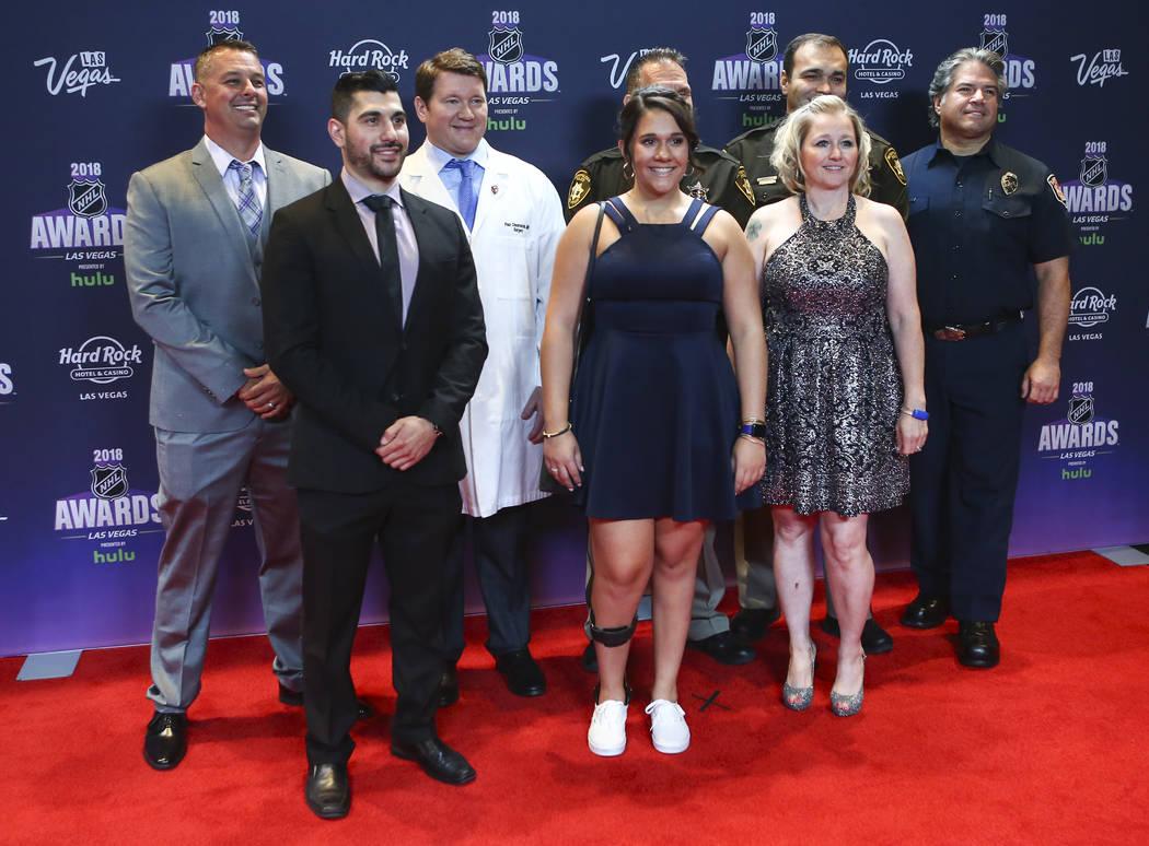 Supervivientes y primeros auxilios en el tiroteo del 1 de octubre, incluido el entrenador asistente de la UNLV Hockey: Nick Robone, centro izquierda, Rylie Golgart, centro, y Lori Hosack, derecha, ...