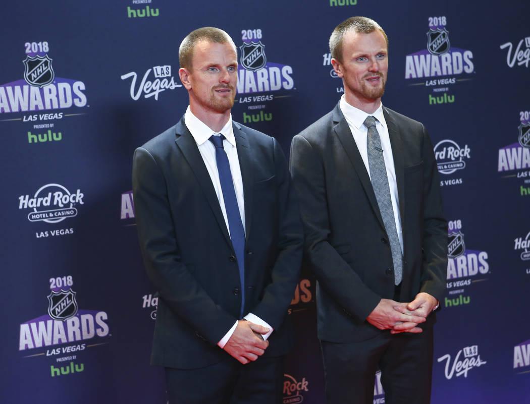 Daniel Sedin, izquierda, y Henrik Sedin de Vancouver Canucks posan en la alfombra roja antes de los Premios NHL en el Hard Rock Hotel de Las Vegas el miércoles 20 de junio de 2018. Chase Stevens ...