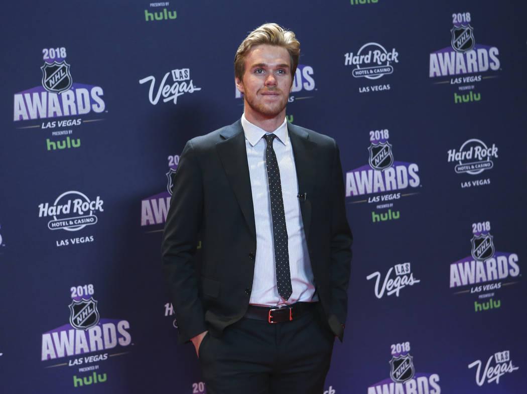 Connor McDavid de los Edmonton Oilers posa en la alfombra roja antes de los Premios NHL en el Hard Rock Hotel de Las Vegas el miércoles 20 de junio de 2018. Chase Stevens Las Vegas Review-Journal ...