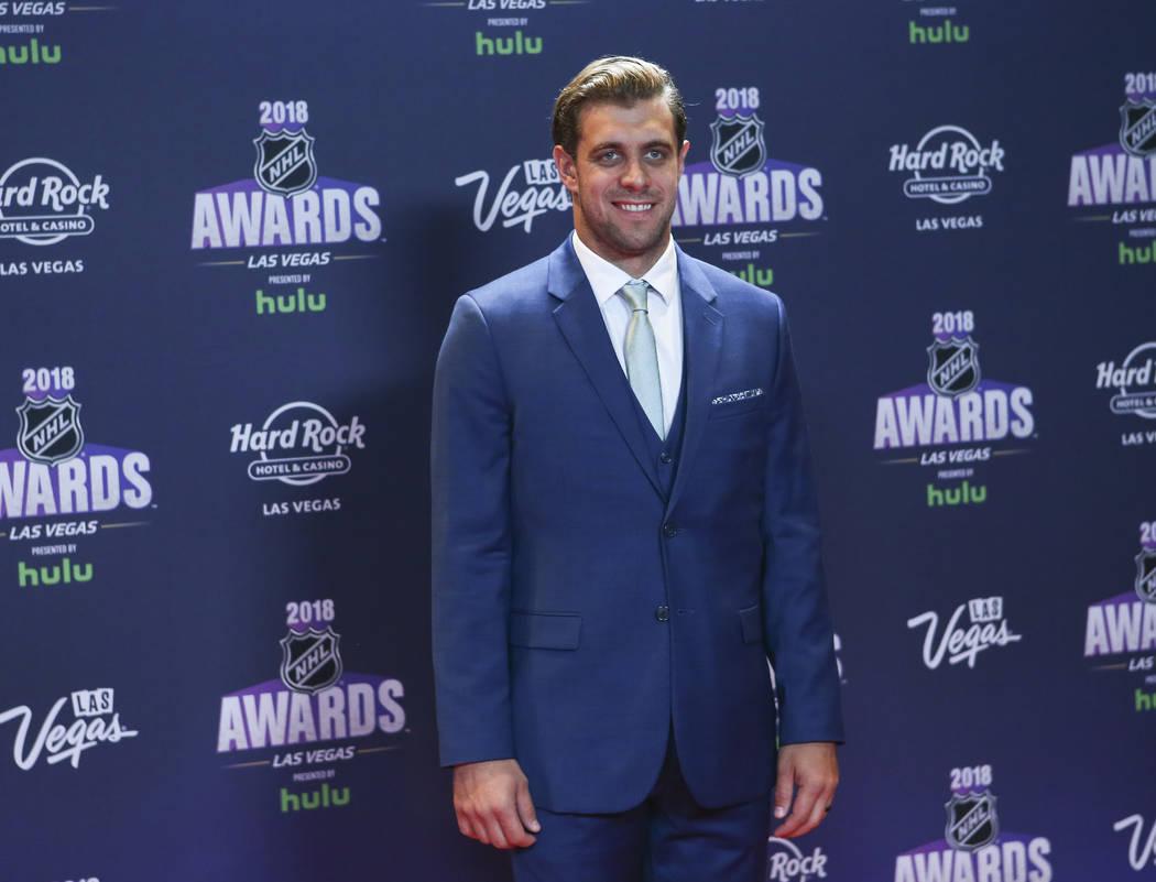 Anze Kopitar, de Los Ángeles Kings posa en la alfombra roja antes de los Premios NHL en el Hard Rock Hotel de Las Vegas el miércoles 20 de junio de 2018. Chase Stevens Las Vegas Review-Journal @ ...