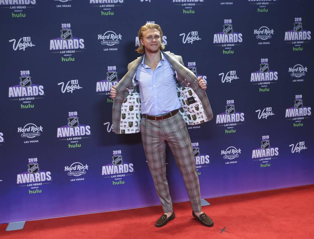 William Karlsson de los Caballeros Dorados posa en la alfombra roja antes de los Premios de la NHL en el Hard Rock Hotel de Las Vegas el miércoles 20 de junio de 2018. Chase Stevens Las Vegas Rev ...
