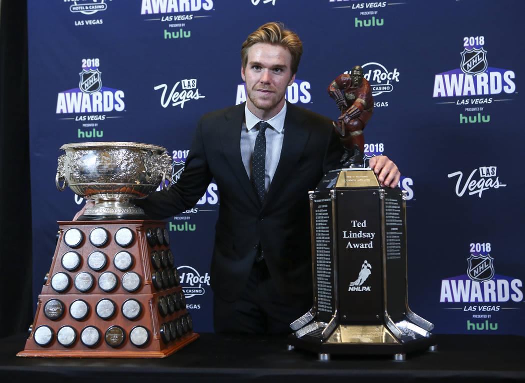 Connor McDavid de los Edmonton Oilers posa junto con Ted Lindsay Award y Art Ross Trophy durante los Premios NHL en el Hard Rock Hotel de Las Vegas el miércoles 20 de junio de 2018. Chase Stevens ...