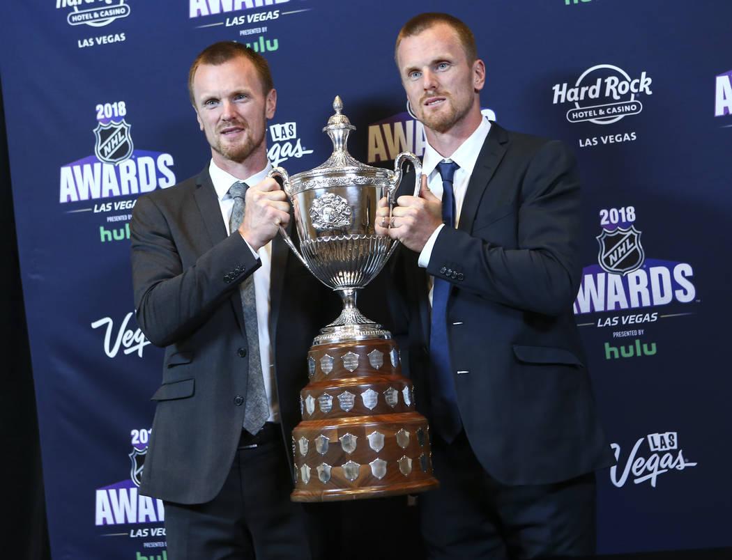 Henrik Sedin, izquierda, y Daniel Sedin de Vancouver Canucks posan con el Trofeo King Clancy Memorial durante los Premios NHL en el Hard Rock Hotel de Las Vegas el miércoles 20 de junio de 2018. ...