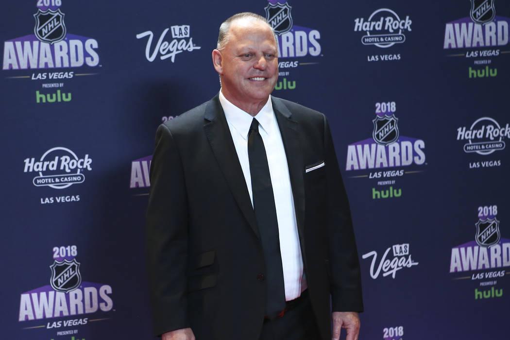 El entrenador de los Golden Knights, Gerard Gallant, posa en la alfombra roja antes de los Premios NHL en el Hard Rock Hotel de Las Vegas el miércoles 20 de junio de 2018. Chase Stevens Las Vegas ...
