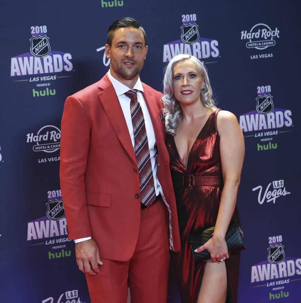 Deryk Engelland de los Golden Knights, con su esposa Melissa, posa sobre la alfombra roja antes de los Premios NHL en el Hard Rock Hotel de Las Vegas el miércoles 20 de junio de 2018. Chase Steve ...