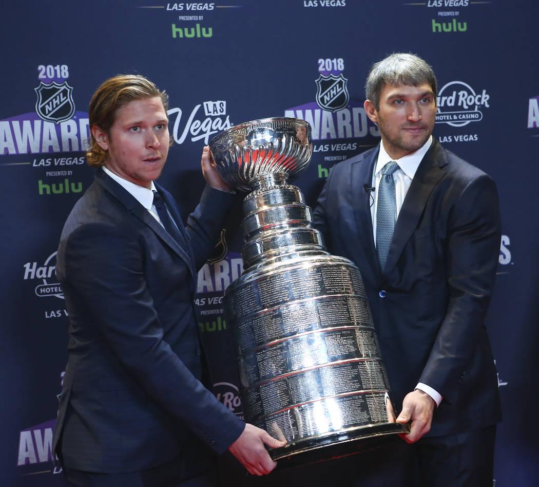 Nicklas Backstrom, izquierda, y Alex Ovechkin de Washington Capitals posan con la Copa Stanley en la alfombra roja antes de los Premios NHL en el Hard Rock Hotel de Las Vegas el miércoles 20 de j ...