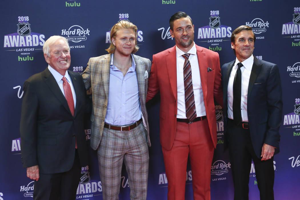 El propietario de Golden Knights, Bill Foley, desde la izquierda, se une a los jugadores William Karlsson y Deryk Engelland junto con George McPhee, gerente general, en la alfombra roja antes de l ...