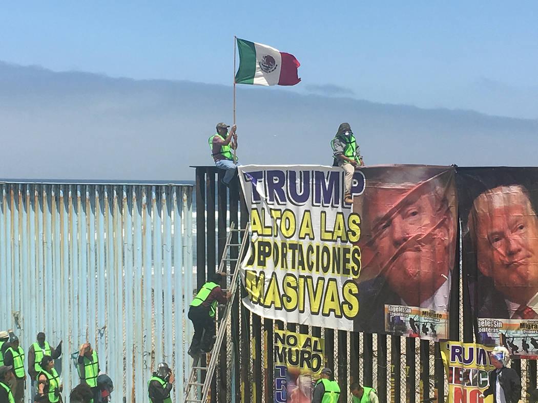 Tijuana, 10 May 2018 (Notimex-Manuel Rosales).- Migrantes y deportados asistidos por el grupo Ángeles sin Fronteras se congregaron hoy en la valla internacional de Playas de Tijuana para expresar ...