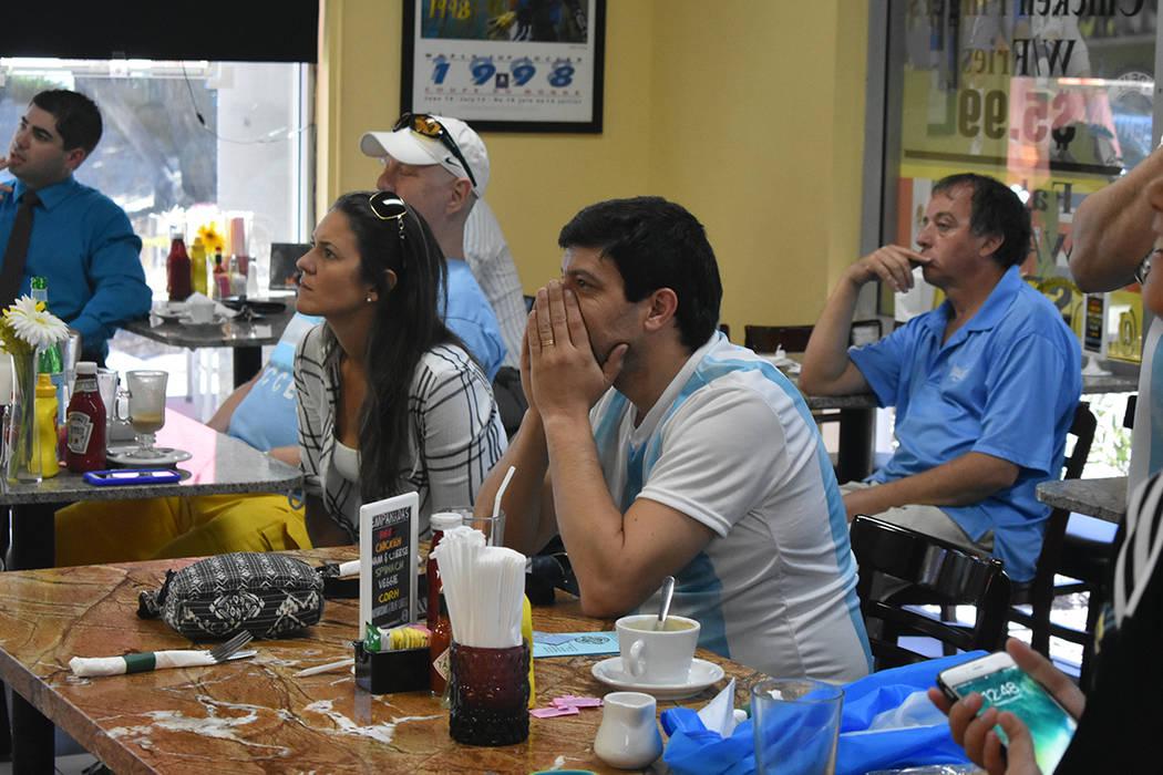 Sebastián Fungueiro y el resto de los asistentes observaron con nerviosismo el partido Argentina vs Croacia. Jueves 21 de junio de 2018 en el restaurante Made in Argentina. Foto Anthony Avellaned ...