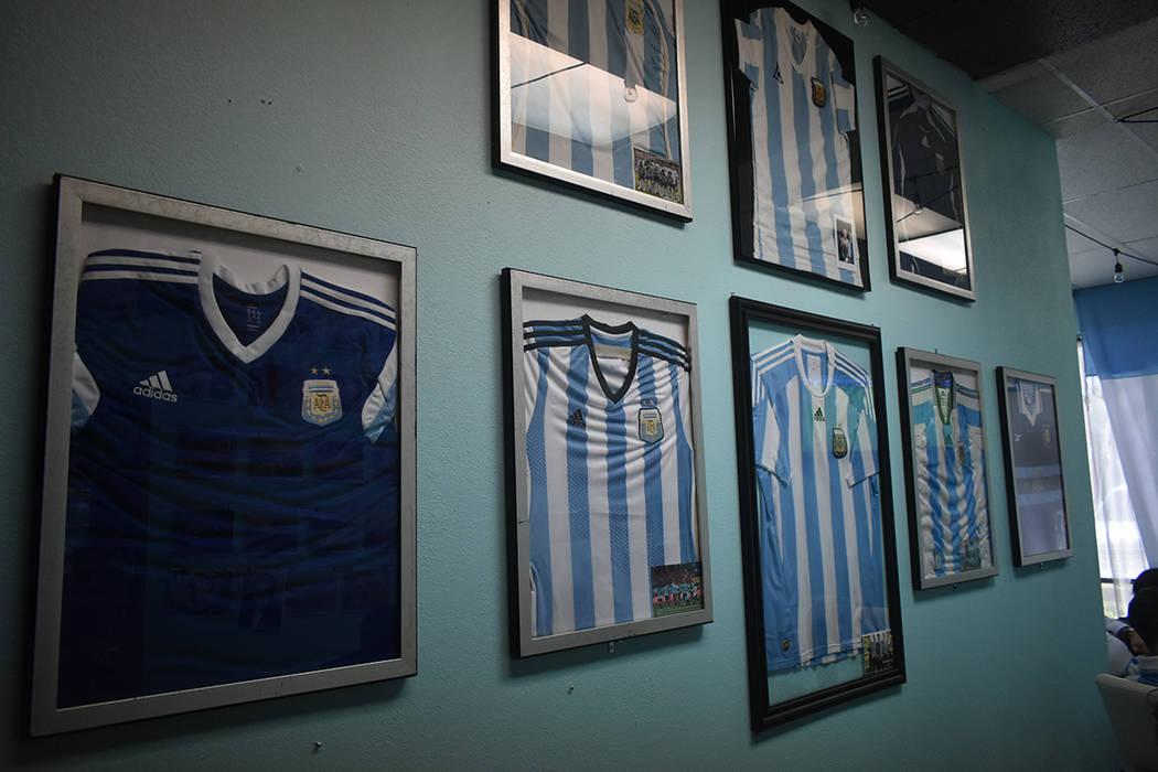 La decoración de Made in Argentina incluye playeras de juego de distintas etapas de la Selección de Argentina. Jueves 21 de junio de 2018 en el restaurante Made in Argentina. Foto Anthony Avella ...