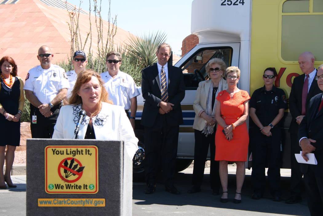 La comisionada Marilyn Kirkpatrick alertó que de continuar la quema de cuetes ilegales podría llegarse a la prohibición general. Atrás la escuchan las alcaldesas de Henderson y LV, el alcalde ...