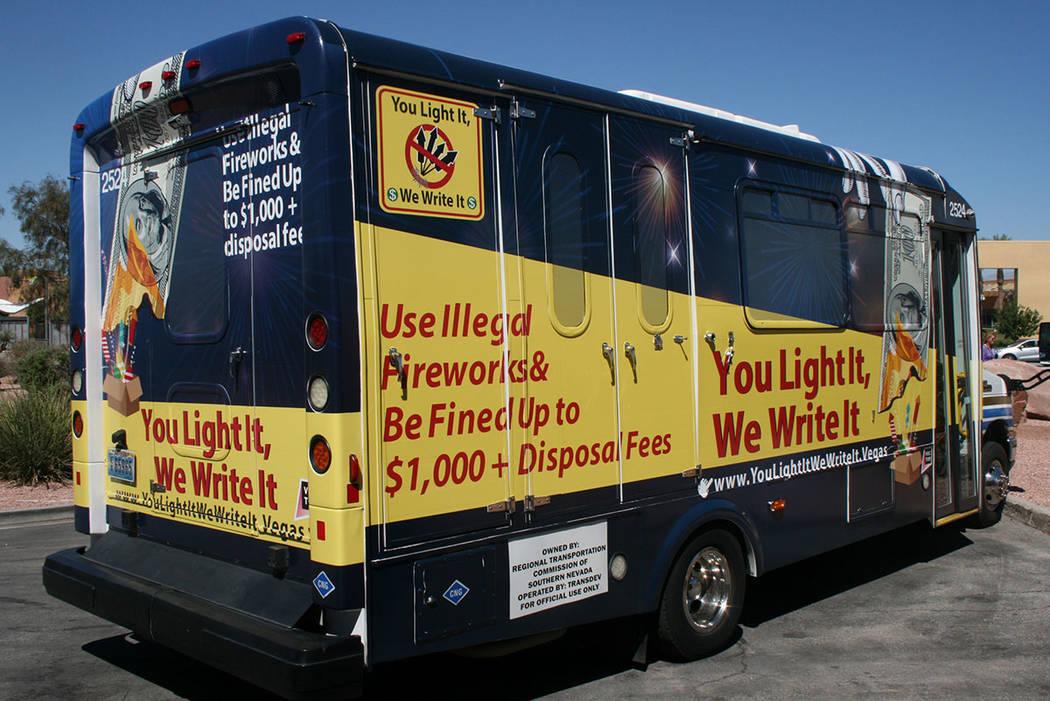 """""""Tú los quemas, nosotros te multamos"""" es el lema de la campaña que informa que habrá multas de mil dólares más gastos de limpieza a quienes usen fuegos artificiales ilegales. El 14 de jun ..."""