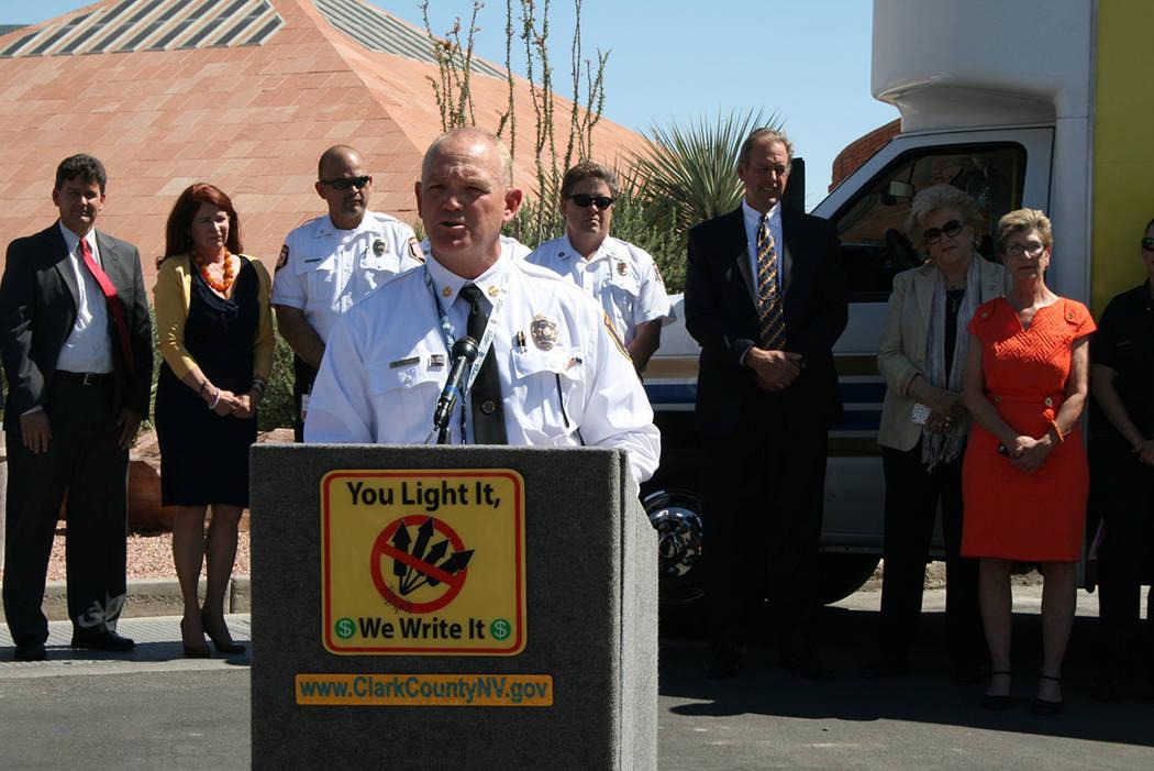 El jefe de Bomberos del Condado Clark, Greg Cassell, pidió la colaboración de la comunidad reportando fuegos artificiales ilegales al sitio: www.ISpyFireworks.com. El 14 de junio de 2018. Foto V ...