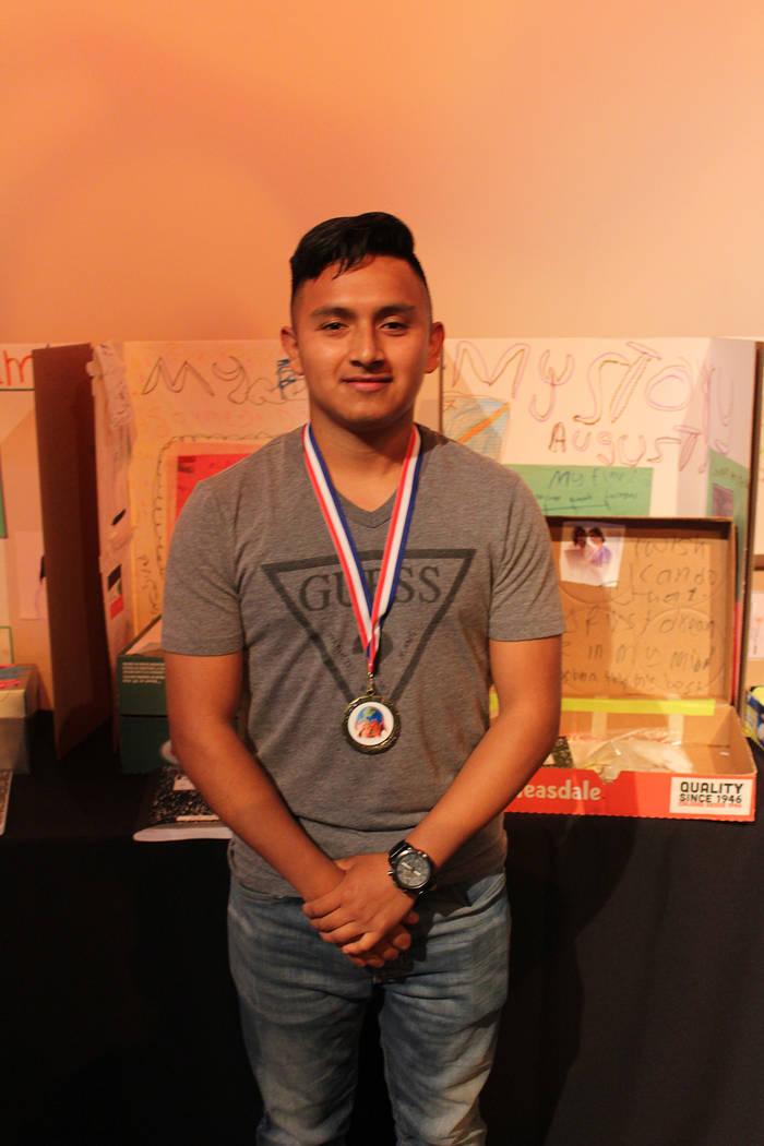 Rudy Ramírez, Guatemala, está aprendiendo inglés para continuar con su preparatoria. Miércoles 20 de junio de 2018. Silverton Casino. Foto Cristian De la Rosa / El Tiempo - Contribuidor.