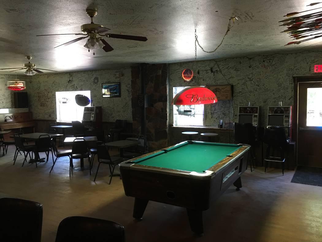 Dos de las máquinas tragamonedas de cuatro cuartos con licencia el jueves 21 de junio de 2018, por la Comisión de Juego de Nevada están al lado de la mesa de billar en el Outdoor Inn en Jarbidg ...