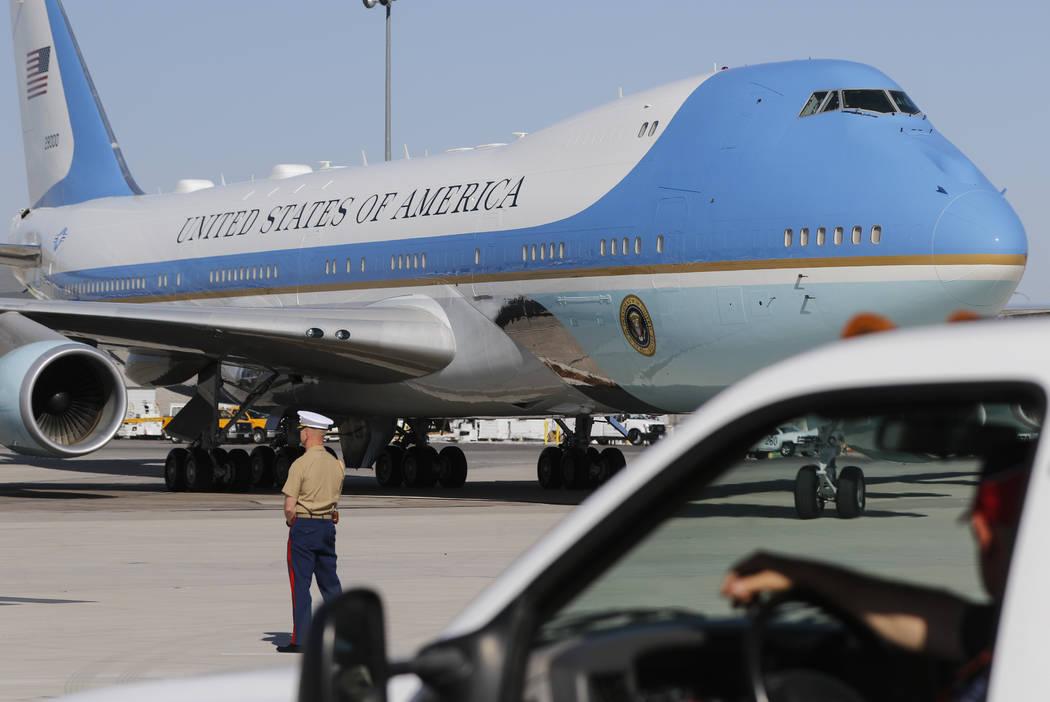 Air Force One llega al aeropuerto internacional McCarran en Las Vegas el miércoles 4 de octubre de 2017. Chase Stevens Las Vegas Review-Journal @csstevensphoto