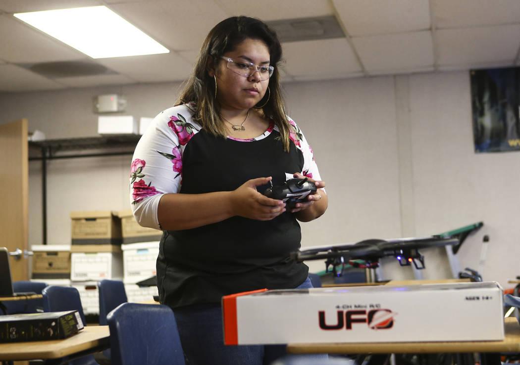 Daniela Castaneda vuela un dron en Nevada Partners Resource Center en Las Vegas el martes 19 de junio de 2018. Chase Stevens Las Vegas Review-Journal @csstevensphoto