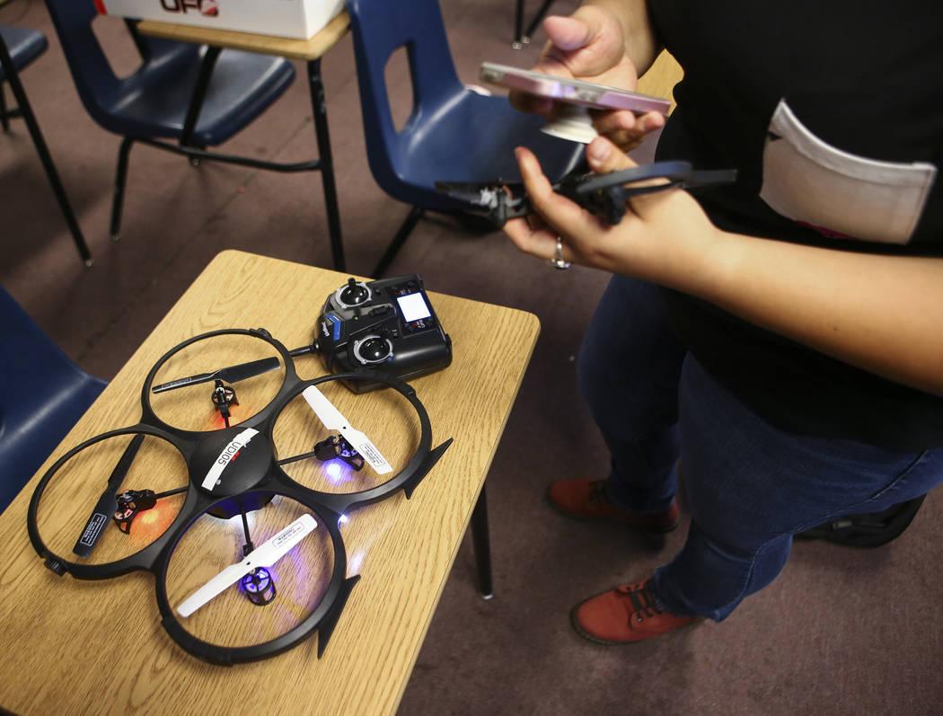 Daniela Castaneda se prepara para volar un dron en el Nevada Partners Resource Center en Las Vegas el martes 19 de junio de 2018. Chase Stevens Las Vegas Review-Journal @csstevensphoto