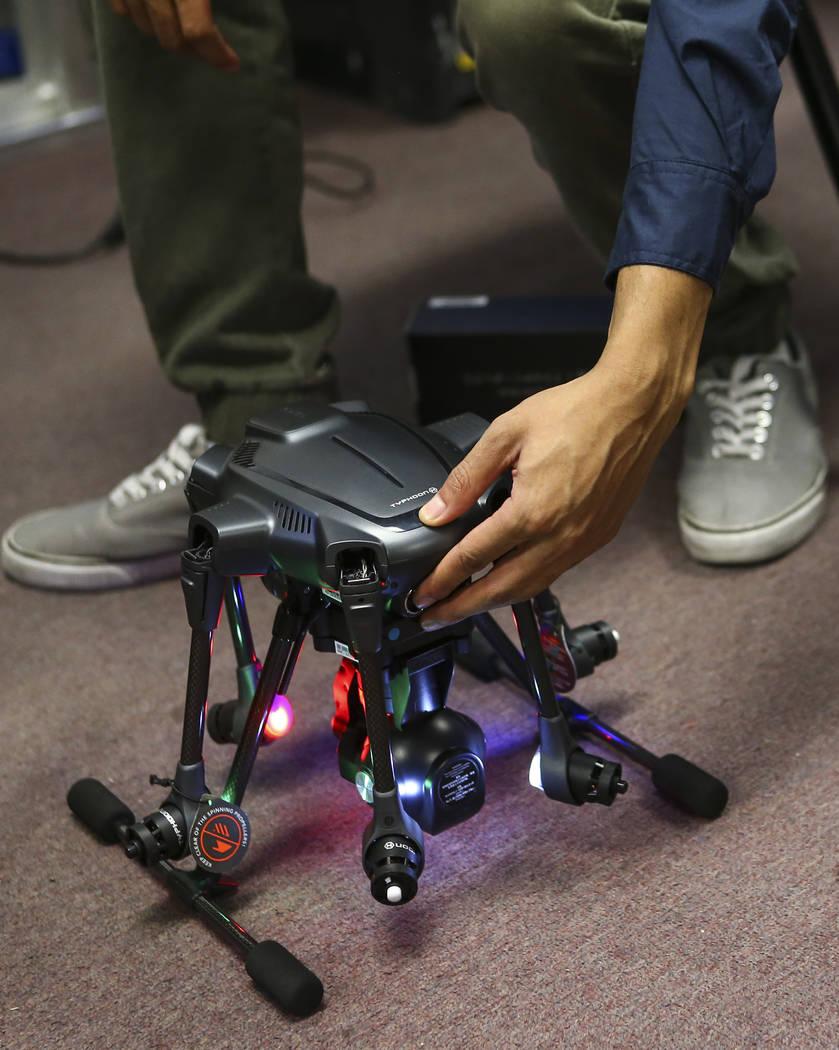 Christopher Steele trabaja en la instalación de un dron en Nevada Partners Resource Center en Las Vegas el martes 19 de junio de 2018. Chase Stevens Las Vegas Review-Journal @csstevensphoto