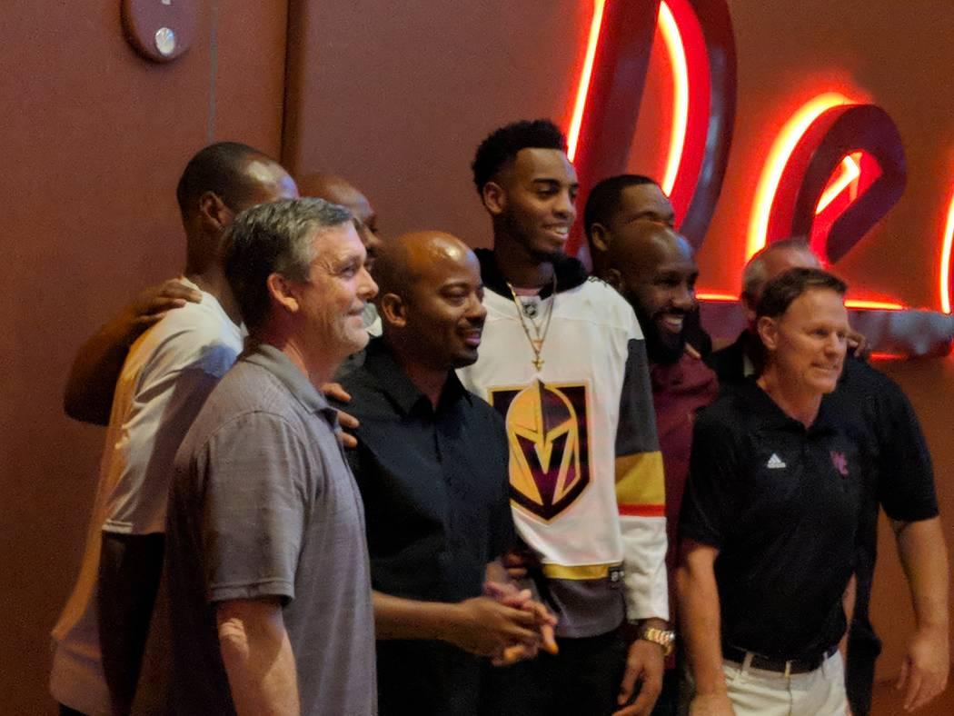 La ex estrella del baloncesto de Centennial High School y el Oregon Duck: Troy Brown Jr., luciendo una camiseta de los Golden Knights, posa para una foto en el Red Rock Resort después de haber si ...