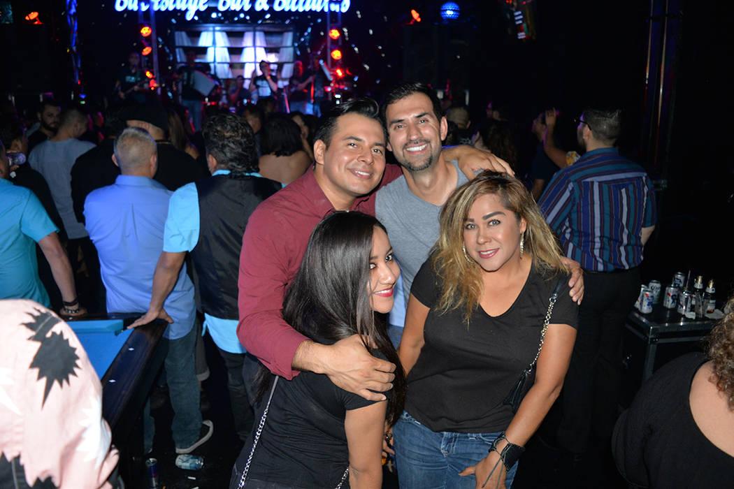 La gente disfruto de las canciones del Rebelde del Acordeón. Jueves 21 de junio en el Backstage Bar & Billiards. Foto Frank Alejandre / El Tiempo.