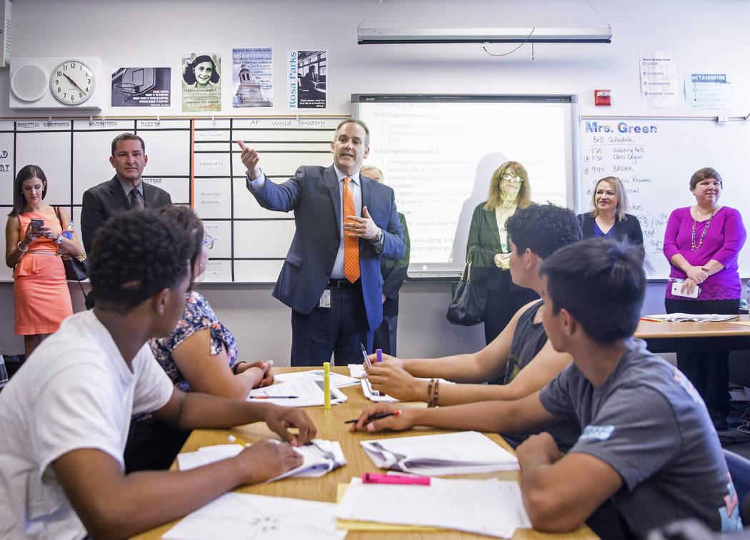 El Superintendente del Distrito Escolar del Condado de Clark, Jesús F. Jara, en medio, habla con los estudiantes en una clase de estudios sociales durante una gira por la Academia de Artes Escén ...