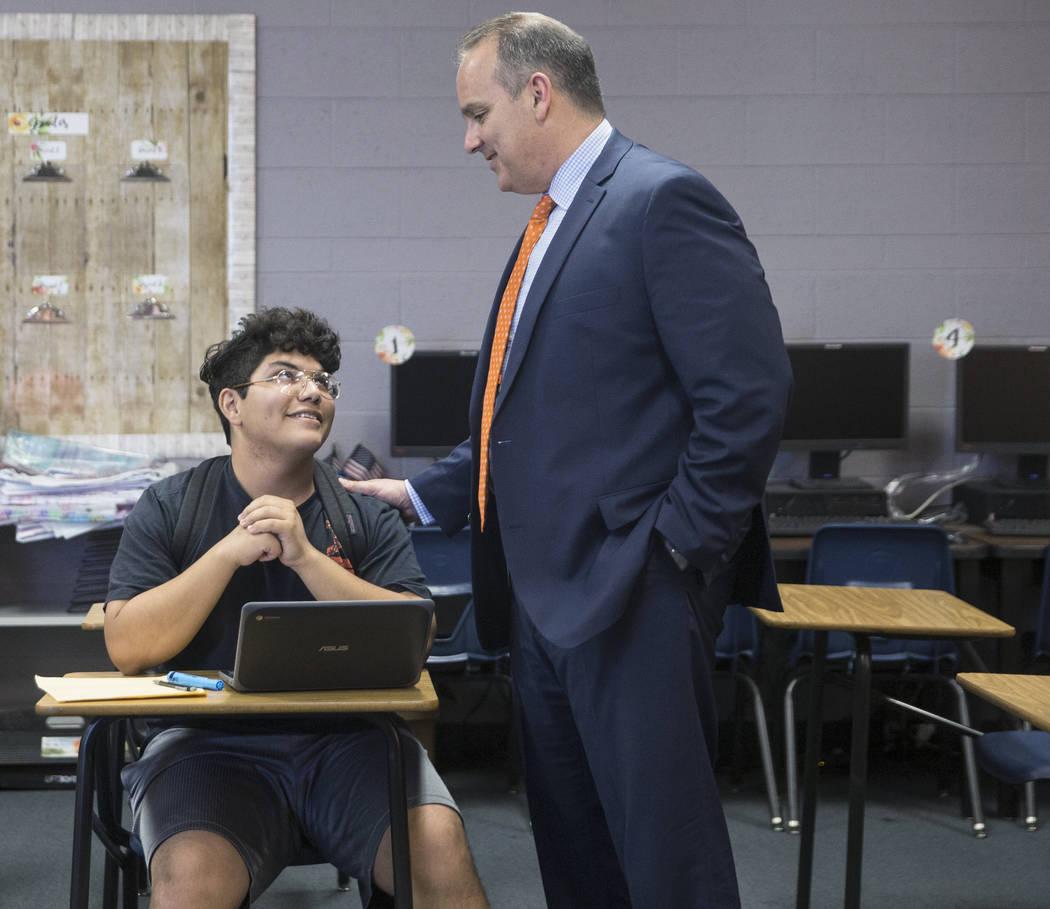 El Superintendente del Distrito Escolar del Condado de Clark, Jesús F. Jara, a la derecha, habla con el estudiante de último año José Millán durante una gira por la Academia de Artes Escénic ...