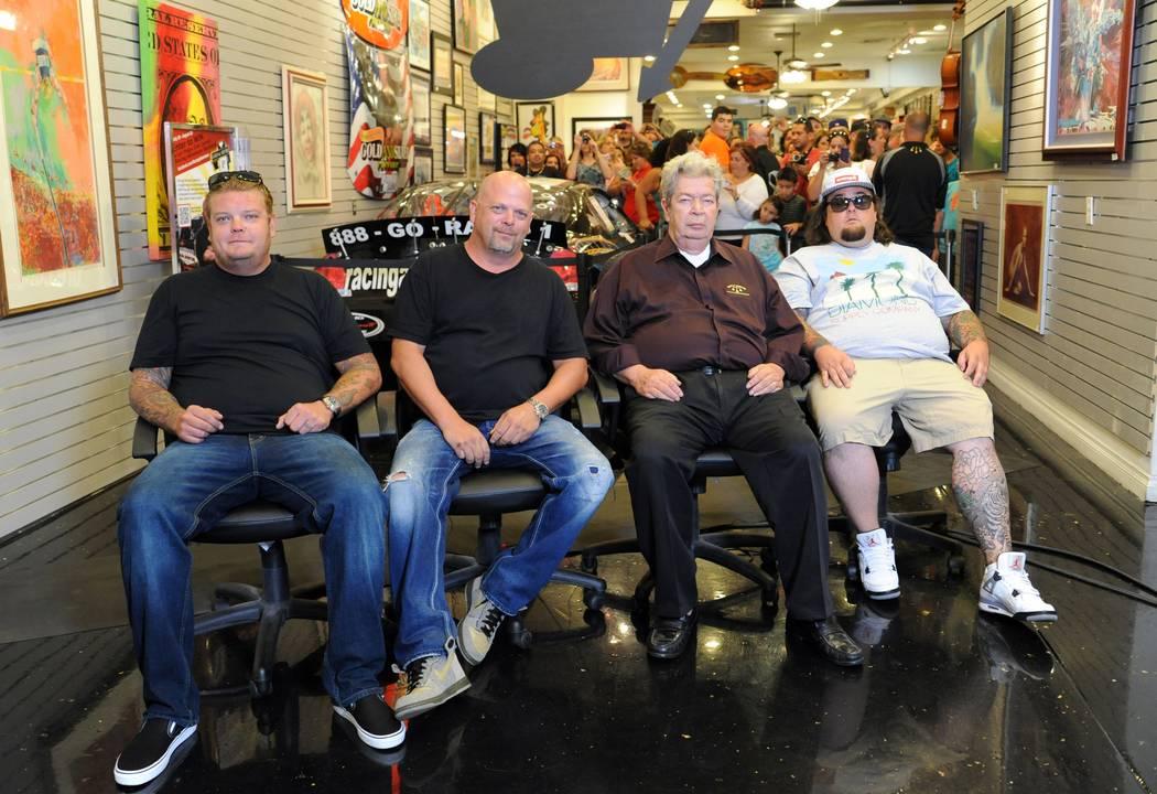 """Pawn Stars"" Corey Harrison, izquierda, Richard ""Old Man"" Harrison, Rick Harrison y Austin ""Chumlee"" Russell en la Gold & Silver Pawn Shop en Las Vegas el 13 de agosto de 2012. (Darrin Bush / Las ..."