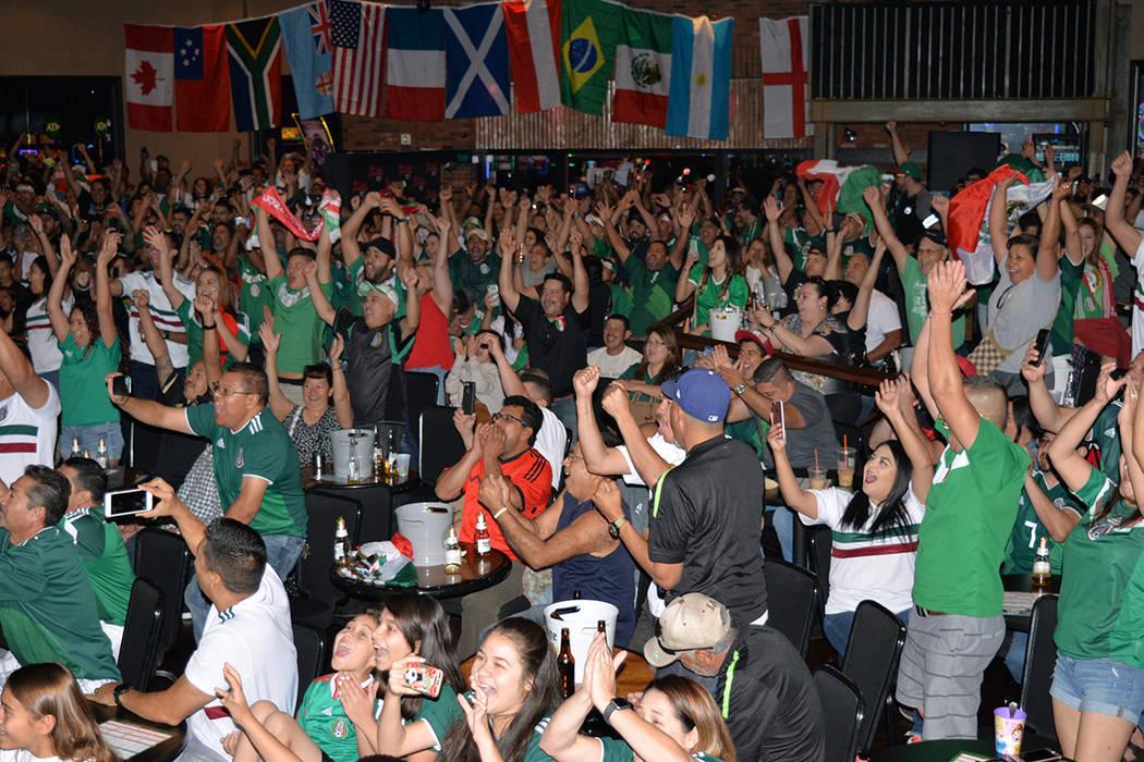Cientos de aficionados de la Selección Mexicana de fútbol celebraron el triunfo de su equipo en el Railhead, dentro del hotel & casino Boulder Station. El sábado 23 de junio. Foto Frank Alejand ...