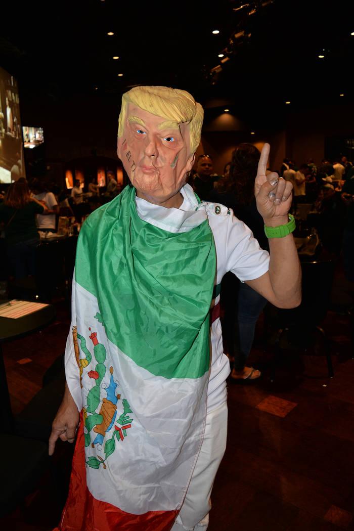 """Antes de su gira por el Sur de Nevada, """"el presidente"""" se dio una vuelta por el Railhead para festejar el triunfo de México sobre Corea del Sur 2-1. Los envidiosos van a decir que era una máscar ..."""