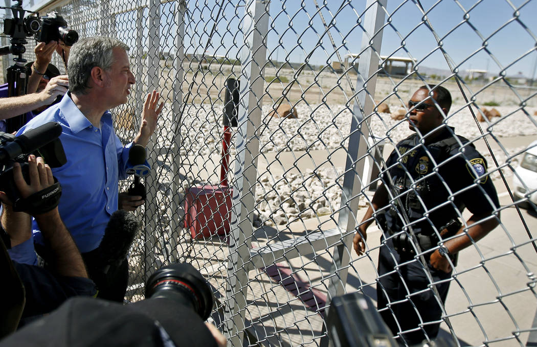 El alcalde de la ciudad de Nueva York, Bill de Blasio, pide entrada a la instalación de detención para niños inmigrantes en Tornillo, Texas, cerca de la frontera con México, el jueves 21 de ju ...