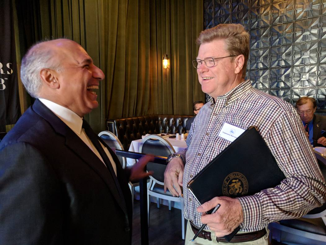 El representante Mark Amodei, republicano por Nevada, conversa con el concejal de Las Vegas, Stavros Anthony el 20 de octubre de 2017, antes del desayuno de la Cámara de Comercio de Las Vegas Met ...