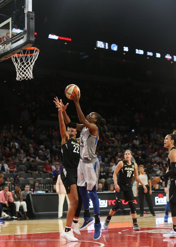 La centro de Minnesota Lynx, Temi Fagbenle (14) supera a A'ja Wilson (22) en la primer mitad de un partido de baloncesto de la WNBA en el Mandalay Bay Events Center en Las Vegas, el domingo 24 de ...