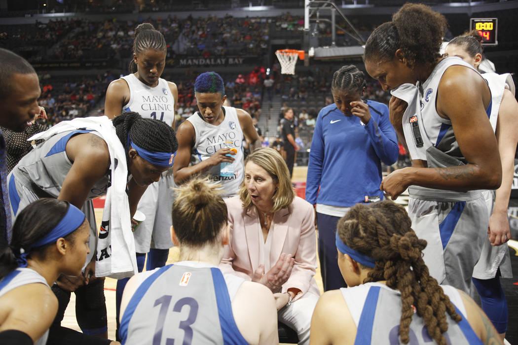 La entrenadora de Minnesota Lynx, Cheryl Reeve, habla con sus jugadoras durante un descanso en la primera mitad de un partido de baloncesto de la WNBA contra Las Vegas Aces en el Mandalay Bay Even ...