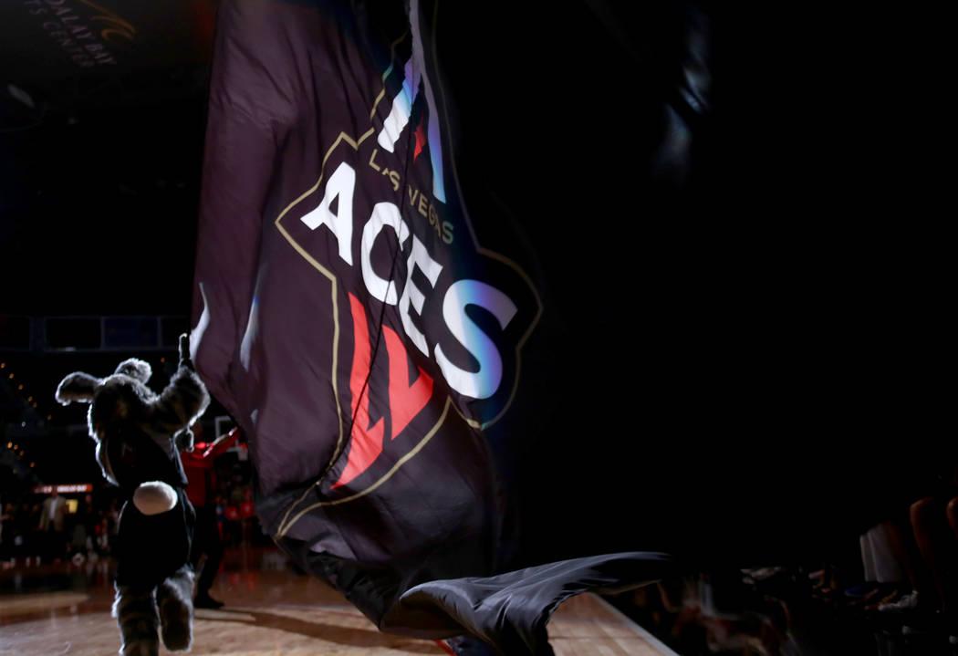 La mascota de Las Vegas, Buckets, corre por el suelo con una bandera de Las Vegas Aces antes de un partido de baloncesto de la WNBA contra Minnesota Lynx en el Mandalay Bay Events Center en Las Ve ...