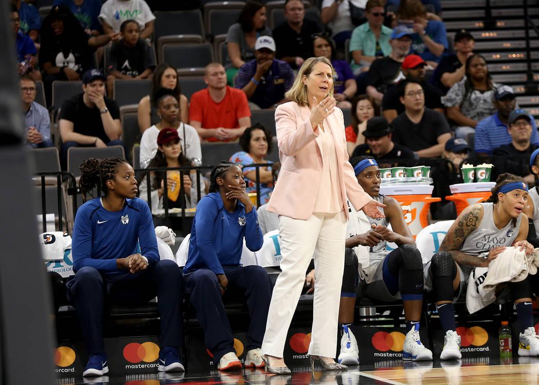 La entrenadora de Minnesota Lynx, Cheryl Reeve, hace un gesto a sus jugadoras en la primera mitad de un partido de baloncesto de la WNBA contra Las Vegas Aces en el Mandalay Bay Events Center en L ...