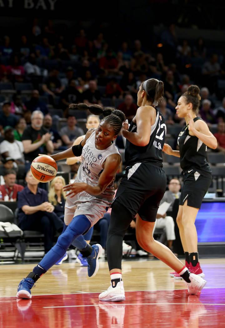 La centro de Minnesota Lynx, Temi Fagbenle (14), supera a A'ja Wilson (22) en la primera mitad de un partido de baloncesto de la WNBA en el Mandalay Bay Events Center en Las Vegas, el domingo 24 d ...