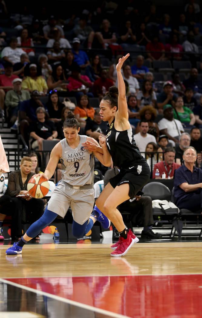 La alera de Minnesota Lynx, Cecilia Zandalasini (9), driblea a favor de Las Vegas Aces, Dearica Hamby (5), en la primera mitad de un juego de baloncesto de la WNBA en el Mandalay Bay Events Center ...