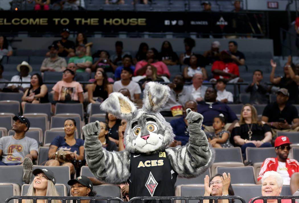 La mascota de Las Vegas, Buckets, anima a la multitud durante el medio tiempo en un partido de baloncesto de la WNBA contra el Minnesota Lynx en el Mandalay Bay Events Center en Las Vegas, el domi ...