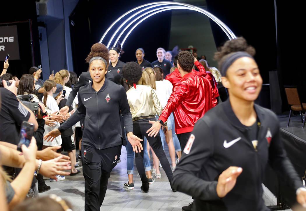 Miembros de Las Vegas Aces pasan a los fans cuando ingresan al estadio en un partido de baloncesto de la WNBA en el Mandalay Bay Events Center en Las Vegas, el domingo 24 de junio de 2018. Rachel ...