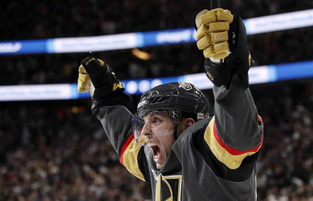 El alero izquierdo de los Vegas Golden Knights, David Perron, celebra su gol durante el segundo período en el Juego 5 de la final de la Copa Stanley de hockey de la NHL contra los Washington Capi ...