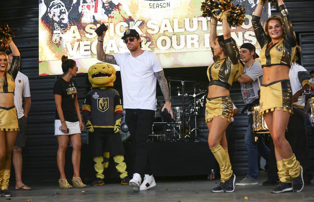 """El alero izquierdo de los Golden Knights, James Neal, se presenta durante el """"Stick Salute to Vegas and Our Fans"""" celebrado por los Golden Knights en la 3rd Street Stage en la Fremont Street Exper ..."""