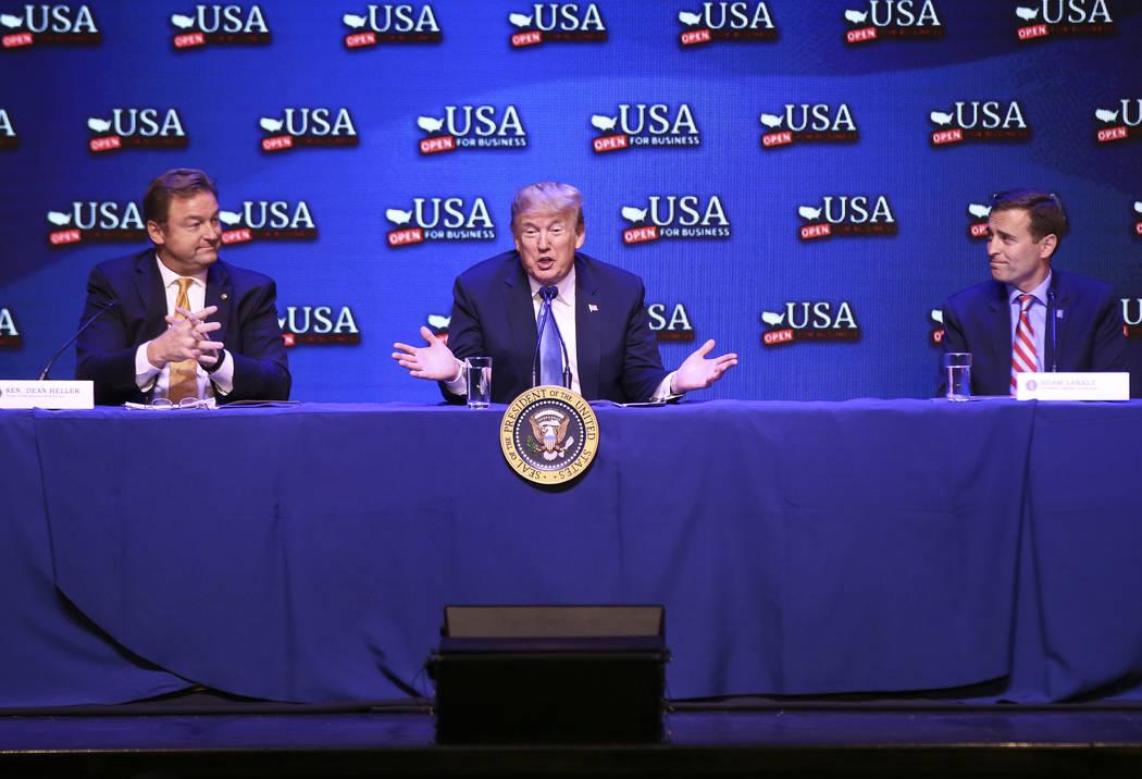El presidente Donald Trump, en el centro, habla durante una mesa redonda sobre reducciones de impuestos, flanqueado por el senador estadounidense Dean Heller, izquierda, y el fiscal general Adam L ...