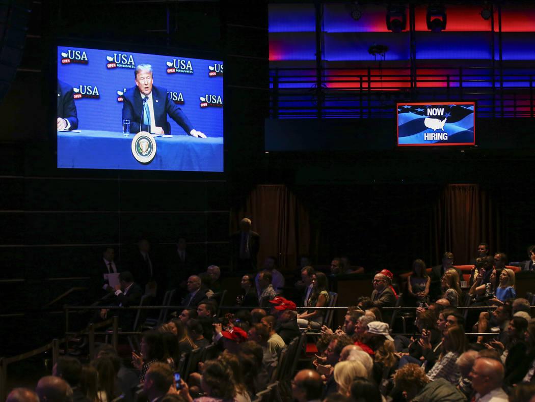 El presidente Donald Trump habla durante una mesa redonda sobre recortes de impuestos en el South Point en Las Vegas el sábado 23 de junio de 2018. Chase Stevens Las Vegas Review-Journal @cssteve ...