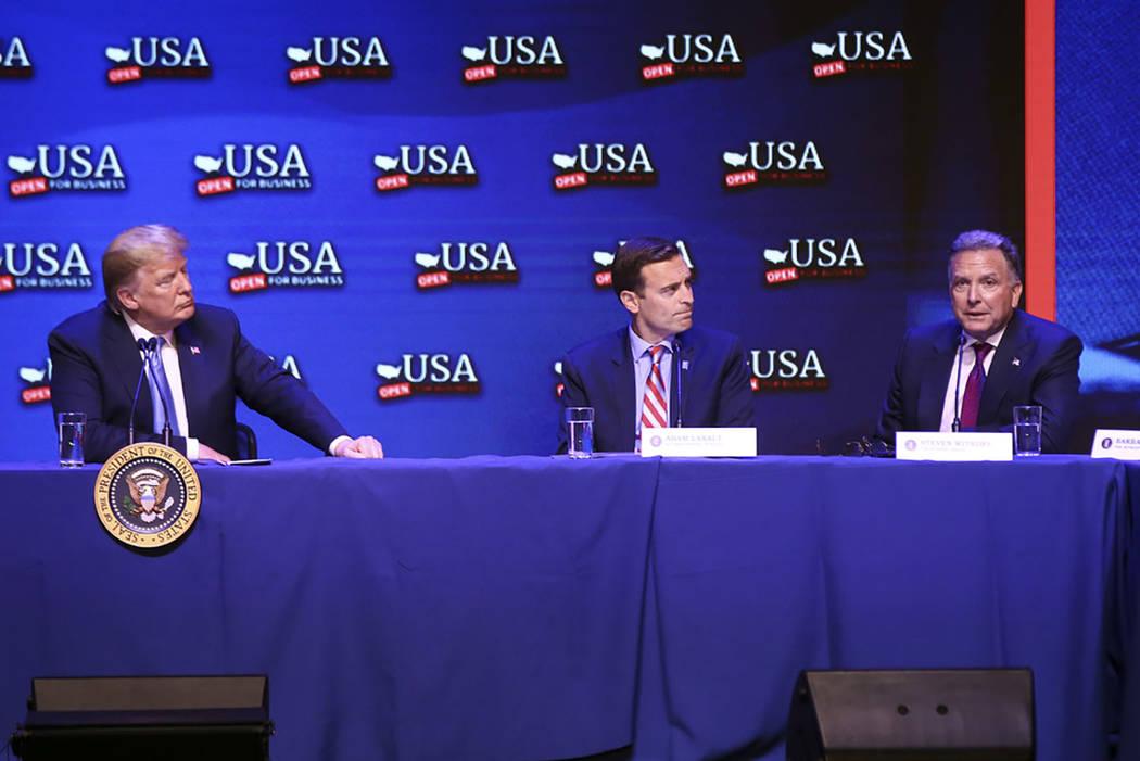 El presidente Donald Trump, izquierda, escucha a Steven Witkoff, presidente y CEO del Grupo Witkoff, durante una mesa redonda sobre recortes de impuestos en South Point, Las Vegas, el sábado 23 d ...