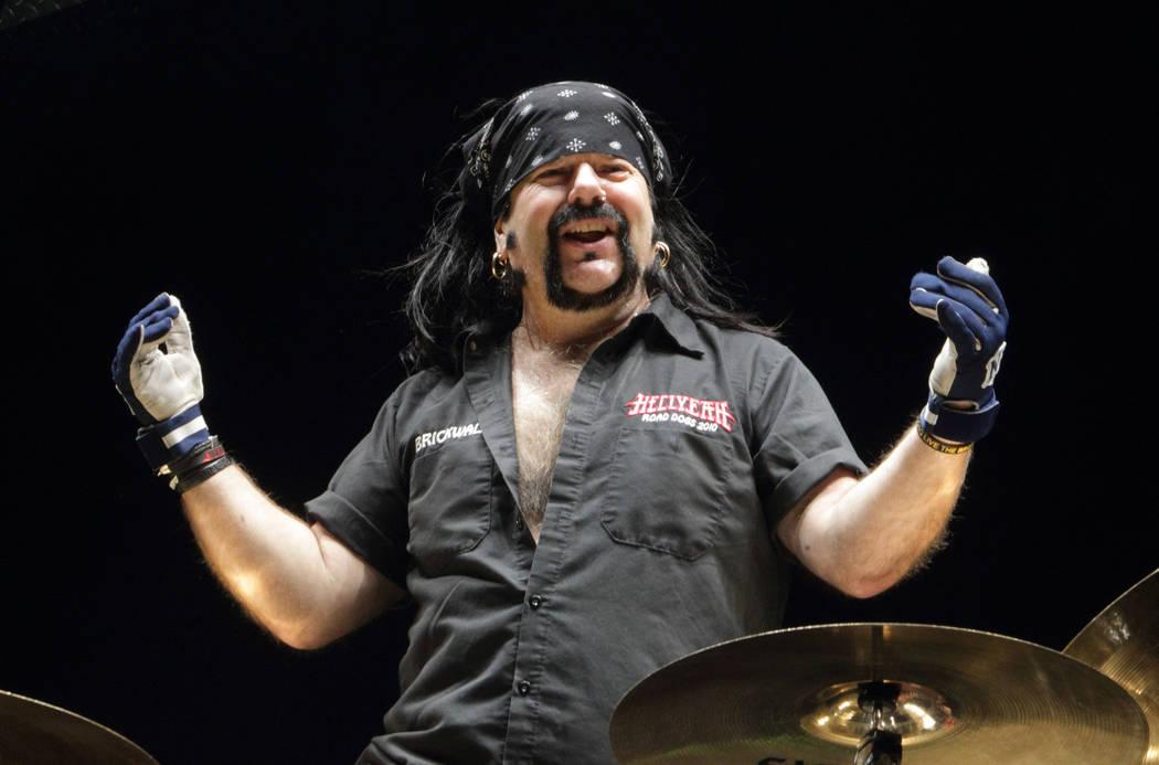 Vinnie Paul, anteriormente de la banda Pantera, se presenta en concierto con Hellyeah en el Giant Center el jueves 8 de mayo de 2014 en Hershey, Pa. (Foto por Owen Sweeney / Invision / AP)