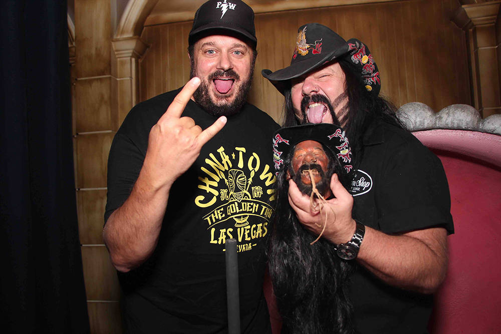 Branden Powers y Vinnie Paul con la cabeza encogida de Paul en The Golden Tiki en Spring Mountain Road. (Cortesía)