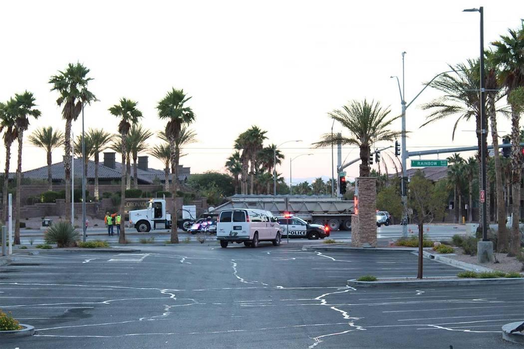 Una persona murió después de un choque que involucró un remolque de tractor y un sedán en el valle suroeste el martes 26 de junio de 2018. (Max Michor / Las Vegas Review-Journal)